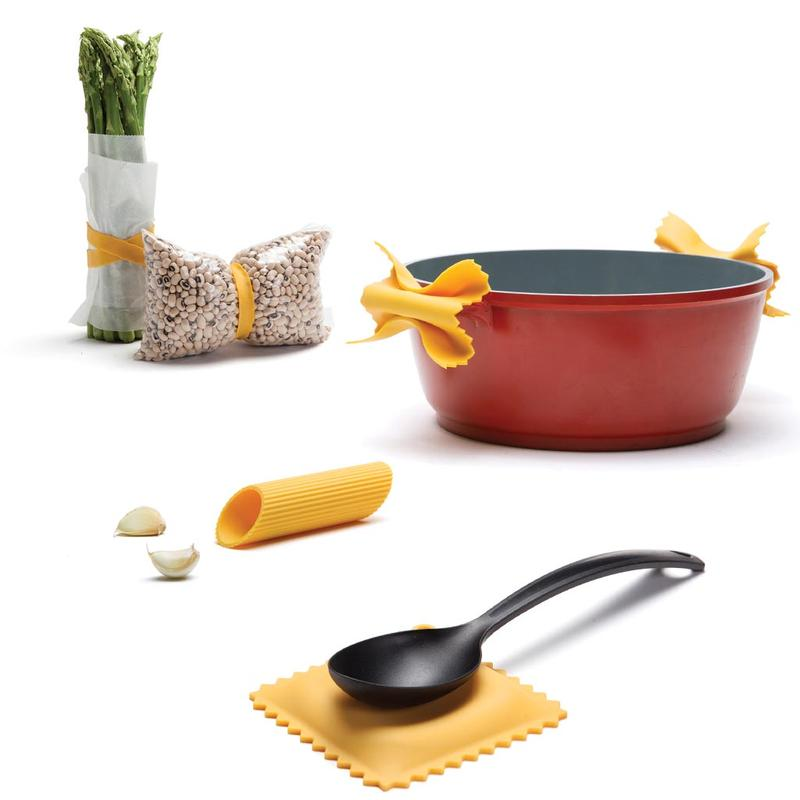 East Pasta Grande Set includes 1 set of Farfalloni pot grips (2 units), 1 Ravioli spoon rest, 1 Penneli garlic peeler & 3 Mafaldine elastic bands.